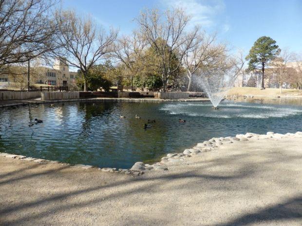 Znowu zdjęcia z kampusu. Ładna, cudowna fontanna, która pozwala w końcu normalnie oddychać.