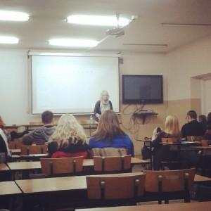 """Dr hab. Agnieszka Nieracka otwiera konferencję """"Kultur fanowskich"""". Zdjęcie: Kodama"""
