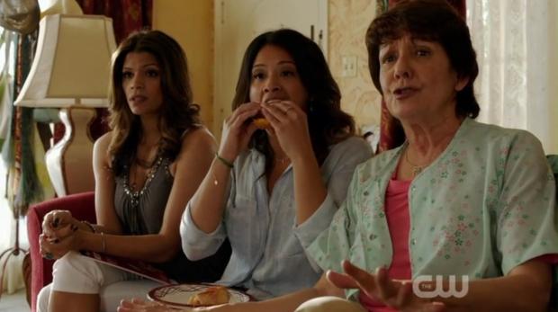 Trzy pokolenia kobiet Villanueva przygotowują się do obejrzenia ukochanej telenoweli.