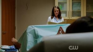 Kluczowy moment - doktor Luisa Alver zaraz zrobi dziecko tytułowej dziewicy.