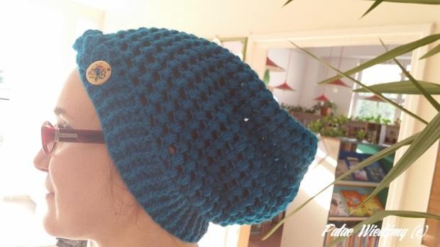 czapka niebieska na glowie